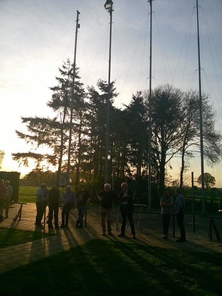 Na het schieten nog even onder de boom nabuurten in de ondergaande zon...