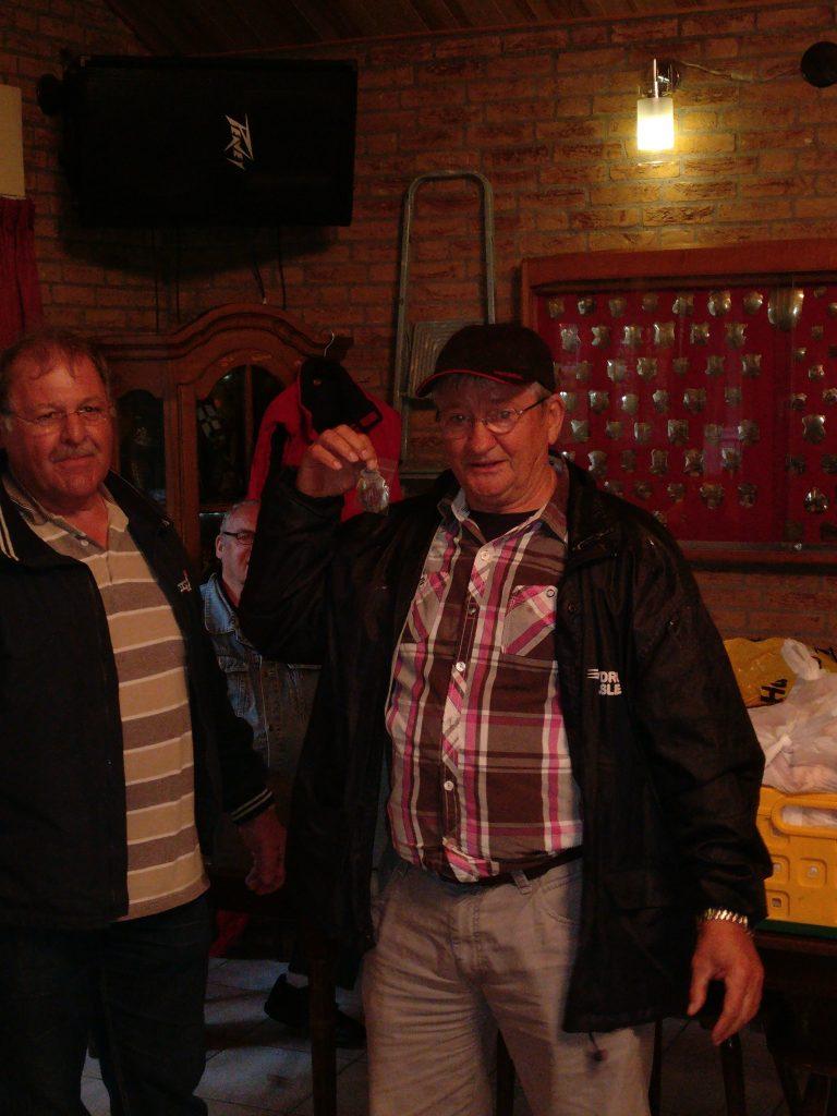 Wim neemt het kampioensschild in ontvangst.